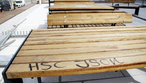 «HSC Json»: Og så var det på'n igjen. Ikke noe får stå i fred. Heller ikke nye bord på den nyeste plassen i Holmestrand sentrum. Alle foto: Pål Nordby
