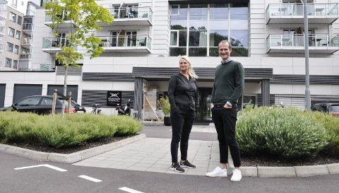 SERVICEVERTINNEN: Linda Brakstad Glenne har inngått kontrakt med Holmestrand Fjordhotell om å være servicevertinne, noe direktør Kim Kallåk-Ertsås er glad for. – Linda kjenner Holmestrand og er dyktig til å yte service og få ting til å skje. BEGGE FOTO: BJØRN TORE BRØSKE
