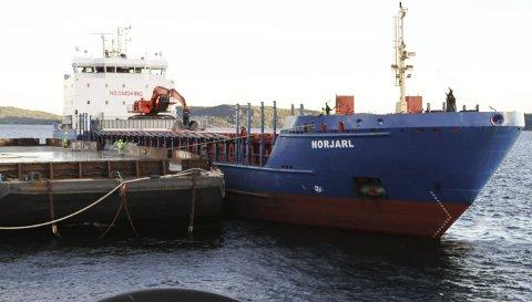 MOTTAK: Mye av transporten av ulike typer avfall hit til NOAHs behandlingsanlegg på Langøya foregår med skip. Bildet er tatt 9. september i år. Foto: Lars Ivar Hordnes