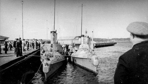 Dampskipsbrygga i Kragerø 1940: I KV lørdag kunne man lese historien om Henry Karlsen og om torpedobåtene som ble senket ved Lyngør like etter krigsutbruddet. Bildet viser to av torpedobåtene som tyskerne tok og de ble slept inn til Kragerø. Båtene ble midlertidig fortøyd ved Dampskipsbrygga. Som bildet viser samlet det seg en del skuelystne på brygga. Disse torpedobåtene som gikk på damp, hadde tidligere vært i Kragerø. Under 1. verdenskrig var noen av dem stasjonert i Kragerø.