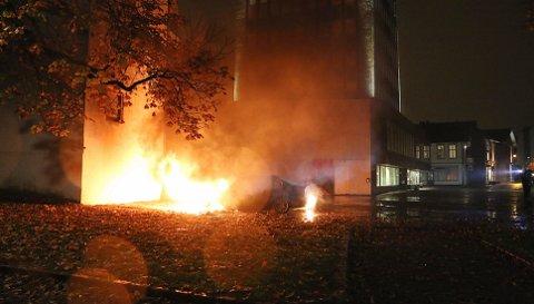 En bil sto i full fyr ved Friisebrygga i Porsgrunn. Brannvesenet fikk til slutt kontroll. Foto: Theo Aasland Valen