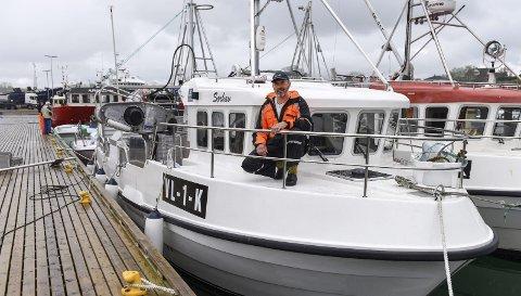 Fletta ny: Her er «Sørhav» til kai i fiskerihamna i Kobbebukta på Halsnøy med eigar Willy Ommer på framdekket.