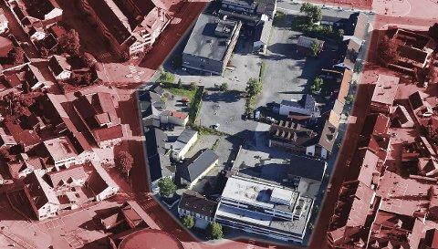 KVARTALET: Planen gjelder utbygging av dette kvartalet. Krysset Skolegata/17. mai-gata nede t.h. Nymoens torg, Kongens gate og Hermann Foss gate (over). Konturene av gamlekinoen ses nede til venstre. FOTO: 1881