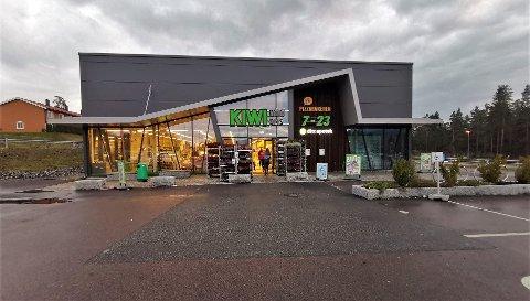 STJÅLET: Det var i denne Kiwi butikken på Gomsrud at en mann med utenlandsk opprinnelse ble pågrepet mandag kveld etter å ha stjålet kjøtt. Foto: Katrine Alexandra Leirmo Heiberg