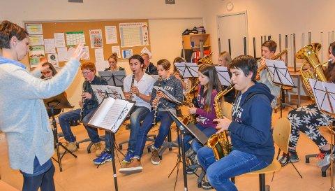 Finpuss: For musikerne er så dyktige at de trenger ikke stort mer enn det før julekonserten fredag kveld. Foto: Cecilie Johannessen