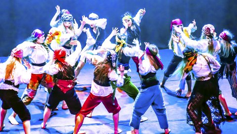 HIV O'HOI: På en svært innholdsrik meny på Lier kulturscene står blant annet dansegruppa Amaze med forestillingen Den magiske reisen. Her fra fjorårets sjørøveroppsetting på kulturscenen. Arkivfoto: Stein Styve