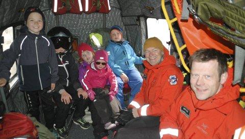 Omvisning: Det var stor stas å få omvisning i Sea King-helikopteret. Redningstjenesten var en av flere aktører som møtte opp under «Åpen Båt» på Tangstad lørdag formiddag. I likhet med de øvrige aktørene var også mannskapet her godt fornøyd med dagen.Alle foto: Eirik Eidissen