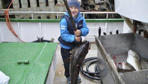 STORFISKER: Nicolai Pettersen med torsken på 11,7 kilo som gjorde at han slo alle fiskerne, også de voksne, under Havfiskekonkurransen. Alle foto: Kai Nikolaisen