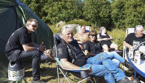 KJÆRESTETUR: Rigmor og Kjell Uno Sandvik (midten) fra Svolvær hadde tatt turen vestover i finværet. Alle foto: Karianne Steen