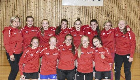 TROPPEN: Troppen som reiser til Bringserien-kvalik, sammen med trenerne Gabrielle Haug og Lill-Sonja Eilertsen. Foto: Eirik Eidissen