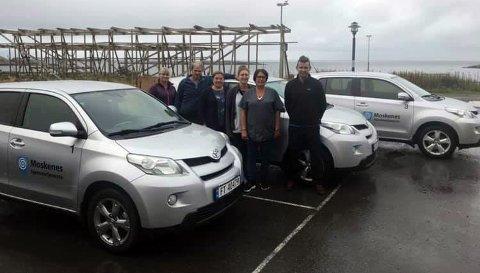 Representanter for hjemmetjenesten med de nye bilene som er levert av firmaet Rent a car Moskenes som drives av Carl-Fredrik Gylseth.