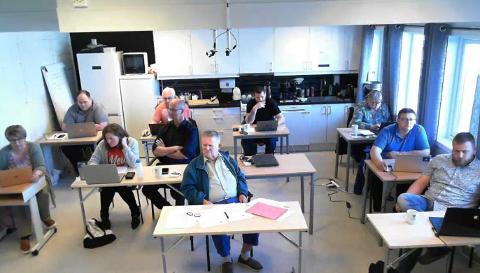 Kommunestyret i Flakstad gikk enstemmig inn for fradele idrettsbanen før salg av Fredvang skole.