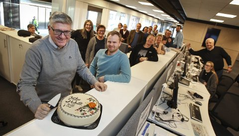 Kakefest: Ansvarlig redaktør Pål Enghaug (f.v.), konstituert digital redaktør Anders Engen Sandén og de andre ansatte i Moss Avis feiret med kake tirsdag.