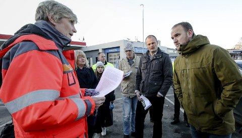INTERESSERT: Avdelingsdirektør Elisabeth Bechmann (til venstre) i Statens vegvesen oppdaterte samferdselsminister Jon Georg Dale (til høyre) om vurderingene som gjøres rundt ny riksvei 19 gjennom Moss.