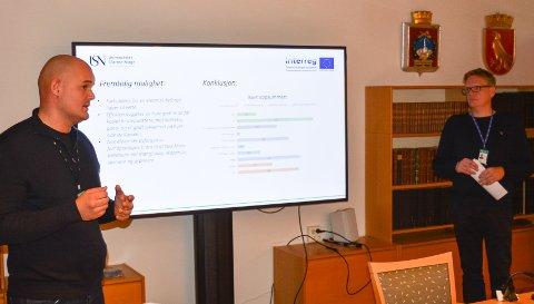 BIDRAR: Vegard Ravn (til venstre) og Kenneth Vidskjold  fra Universitetet i Sørøst-Norge informerte fredag styringsgruppa i Miljøløftet Moss om markedsundersøkelsen for byferjer.