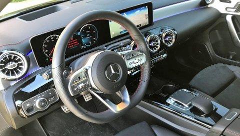 Dette interiøret kjenner vi etter hvert igjen fra flere Mercedes-modeller. Det ser lekkert ut, samtidig som kvalitetsfølelsen er høy.