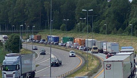 Ulykken syd for Årvoll skapte en periode saktegående trafikk sydover fra Moss