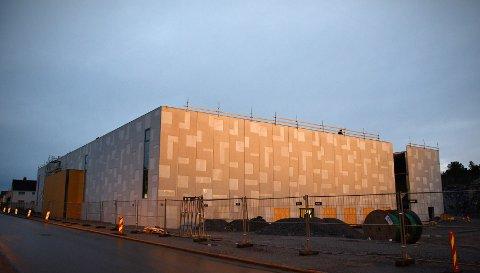 RØRVIK SPEKTRUM: Et bemanningsbyrå ble sperret ute fra anleggsområdet til den nye idrettshallen i Rørvik. En kontroll avdekket arbeidslivskriminalitet knyttet til bruk av innleid, utenlandsk arbeidskraft.