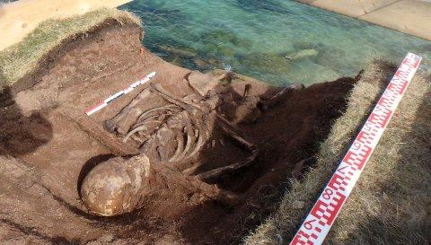 FOTO FRA 2015: Slik så det ut da skjelettet var avdekket i graven. Foto: Dag Nævestad/Sysselmannen