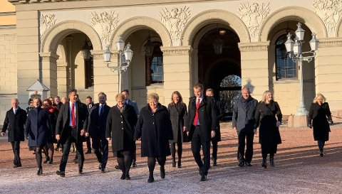 ENDRING I BESETNINGEN: Erna Solberg spaserer ut på Slottsplassen med sin nye regjering fredag.