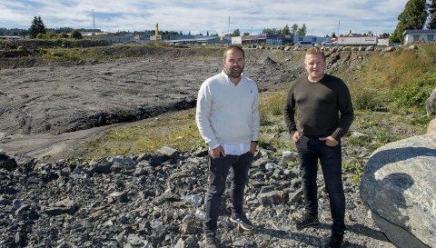 Usikre: Birger Sand Bakke og Tord Linnerud vil ha klart svar fra Gjøvik kommune     om de vil gå for etablering av XXL på Kirkeby.Foto: brynjar Eidstuen