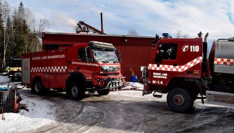 OMFATTENDE INNSATS: Det rykket ut innsatspersonell fra politi, ambulanse og tre brannvesen til brannen i vedproduksjonsanlegget ved Hov.