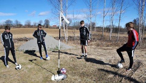 RETT I KOPPEN: Eirik Bøe Taiet ser at ballen triller elegant i hullet, mens Håkon Sveum (tv.) Andreas Heggheim Berge og Christian Larsen Torkildsen (t.h) følger spent med.