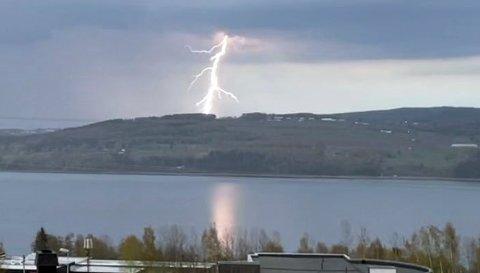 KRAFTIG LYN: Dette bildet viser lynet på andre siden av Mjøsa torsdag kveld.