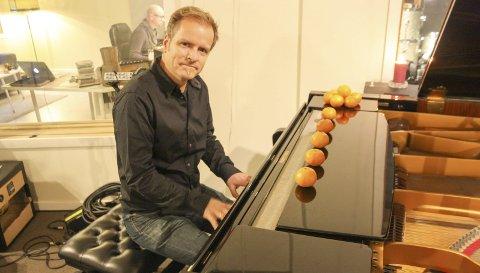 Julejazz: Musikkprodusent og komponist, Vegard Schow på piano og Diane Ofori, vokal tolker «Mary, did you know» på julesingelen som slippes i dag. FOTO: VIVI RIAN