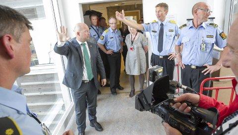 Påbygg: Politimester, Steve Hasseldal viser Justis- og beredskapsminister Anders Anundsen hvor de skal bygge opp den nye operasjonssentralen. FOTO: Bjørn V. Sandness