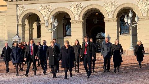 Den nye regjeringen på vei ut på Slottsplassen Foto: Heidi Schei Lilleås (Nettavisen)