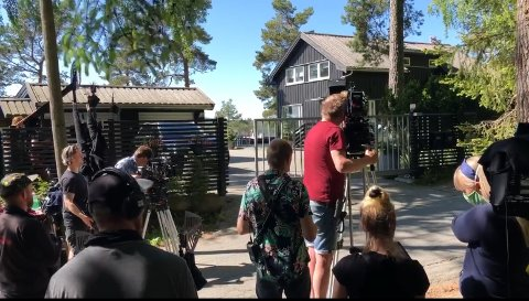 STIL: Her står filmteamet å venter på at Beverly Hils-porten skal gli opp, slik at BMW-en til William kan svinge inn på gårdsplassen.
