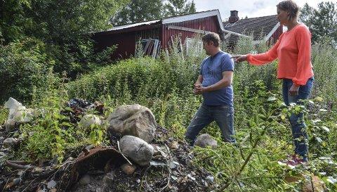 FARLIG AVFALL: Ei nedgravd fylling utgjør størsteparten av boligeiendommen til Renate Ous og Brune Nyberget i Løten. (Foto: Merete N. Netteland)