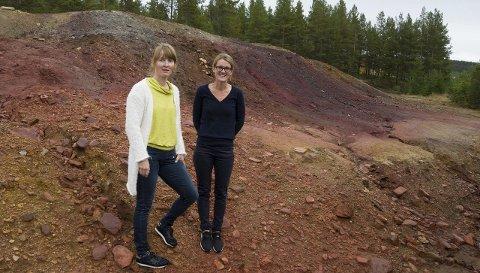 Synderen: NGI, her ved Marianne Kvennås (til høyre), antar det er de store haugene med gruveavfall som er hovedkilden til forurensingen i Folla. Hun og Siw Taftå fra Direktoratet for mineralforvaltning håper nå å endelig kunne gjøre noe med forurensingen, men NGI understreker i rapporten at det er stor usikkerhet rundt effektivitet og kostnad av tiltakene de foreslår.Foto: Tore Rasmussen Steien