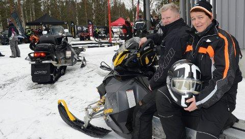 IVRIGE: Anita og Geir Korntorp i Åsnes har hatt snøscootere i snart 25 år. De er ute på tur hver helg forholdene tillater det.  Her er de på snøskutertreffen på Vermundsjøen lørdag.