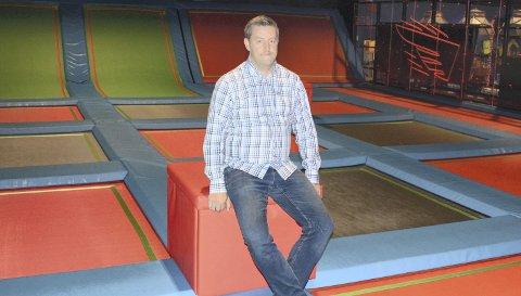ROLIGE DAGER: Rush trampolinepark på Hamar vest fikk en kjempemottakelse da den ble etablert i august for et drøyt år siden, men fra mars og utover har det gått tungt å drifte parken for daglig leder Mathias Bergum. Med 2000 kvadratmeter å fordele folk på mener han parken er et trygt sted å være.