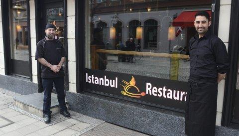BRA START: For tre uker siden åpnet den tyrkiske restauranten Istanbul i gågata og selv uten markedsføring kan eier Günaydin Akinci og daglig leder Muhammed Akinci melde om trafikk som overgår forventningene. FOTO: Frank Morgan Bakken