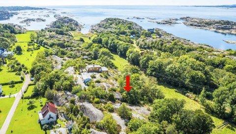 Det er en vei til høyre ned for den rød pila det er snakk om. Bildet er fra det ble solgt ei hyttetomt i området. Foto: Zovenfra AS /Krogsveen