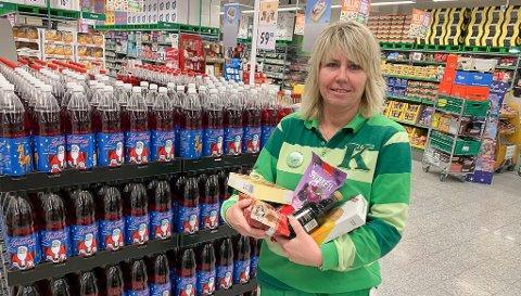 PRISKRIGEN ER I GANG: Butikksjef Anita Neverdalen hos Kiwi Herøya med fanget fullt at nedsatte julevarer. Kiwi satt ned prisene på en rekke julevarer mandag, og startet dermed årets priskrig for alvor.