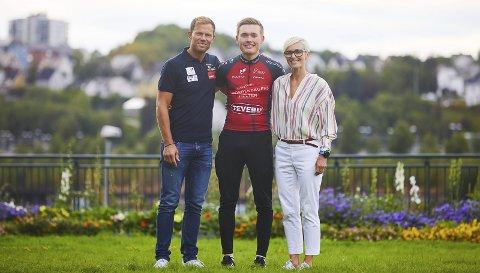 BELØNNET MED 40.000: Sykkeltalentet Dennis Gråsvold var én av utøverne som mottok toppidrettsstipend fra fylkeskommunen. Her med Thor Hushovd og Cathrine Instebø, sponsorsjef for Equinor Morgendagens Helter, etter årets seier i Narvik.