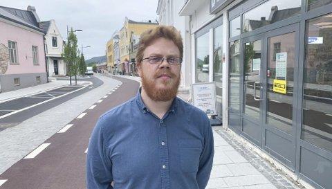 KJENNER DET PÅ KROPPEN: Fredrik Viodd i Alibaba Telecom sier de merket det på omsetningen da nedre del av Storgata ble stengt. Han har full forståelse for at innehaveren nå vil flytte forretningen til andre lokaler i Porsgrunn.