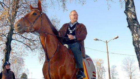 ORDFØRER: Daværende ordfører Øystein Beyer ridende på hest under overtakelsen i 2004.
