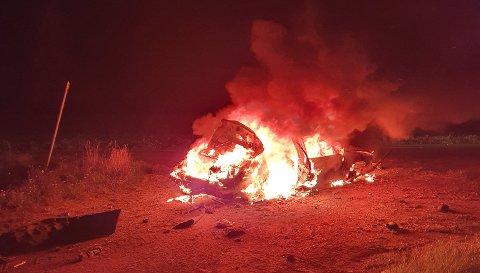 Slik så det ut da politiet kom til stedet. Bilen ble totalskadet i brannen.