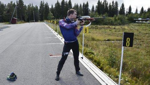 LADER: Fredrik Gjesbakk trener ståendeskyting i strømpelestene. Det gir mer kontakt med underlaget. Foto: Trond Isaksen