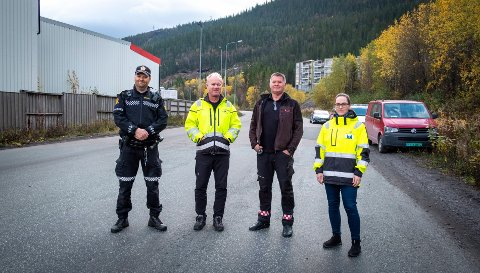Farlig snarvei fra Fageråsen, over industrivegen til MIP og mot Langneset. - Dette kan fort bli en snarvei til evigheten, sier innsatsleder i politiet, Arild Woldmo, og MIP-ansatte Kjetil Johnsen, Richard Erlandsen og Tonje Nermark.
