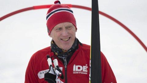 STJERNE: Superveteranen Oddvar Brå skal gå fra Rauvatnet - 26 km - i Blåvegenløpet. Det er bare å henge seg på – og passe på stavene... Foto: Geir Olsen