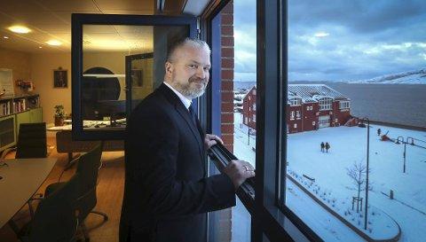 Fylkesmann Tom Cato Karlsen er bekymret for flere av Nordlands øykommuner. I slutten av april deltok Fylkesmannen på et ekstraordinært kommunestyremøte i Værøy der flere bekymringer ble lagt fram.