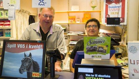 Ove Vangli og Nancy Amundsen ved Kremmerhuset på Søndre torg gleder seg over kundene som vinner.