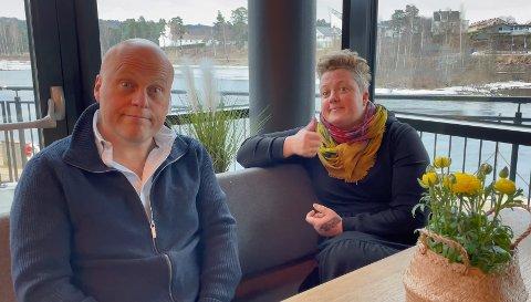 MÅ LE: - Vi skal komme oss igjennom. Det gjelder bare å le litt, sier Jonas Rønning og Marie Risan.