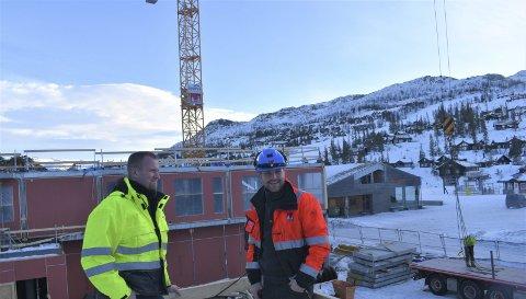 BYGG:-Akkurat nå er vi inne i en «råbygg», sier  anleggsleder Werner Øverland fra Skorve AS og produksjonsleder Tarjei Mårdalen fra A til Å Entreprenør.